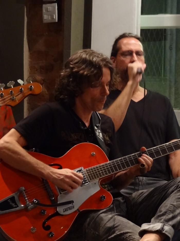 """O slide guitar """"secreto"""" Otávio Rocha e o gaitista """"misterioso"""" Flávio Guimarâes."""