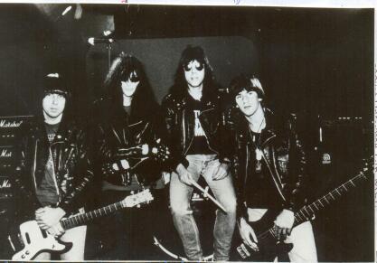 """A formação do """"Mondo Bizarro"""": Johnny, JOEY, Marky e CJ Ramone FOTO George Du Bose / divulgação - arquivo do fanzine """"Headline"""""""
