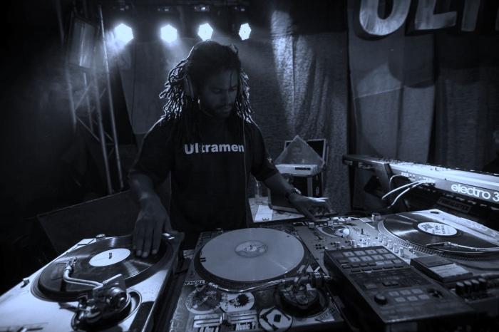 DJ Anderson em show da Ultramen no Opinião. FOTO Gustavo Fontoura