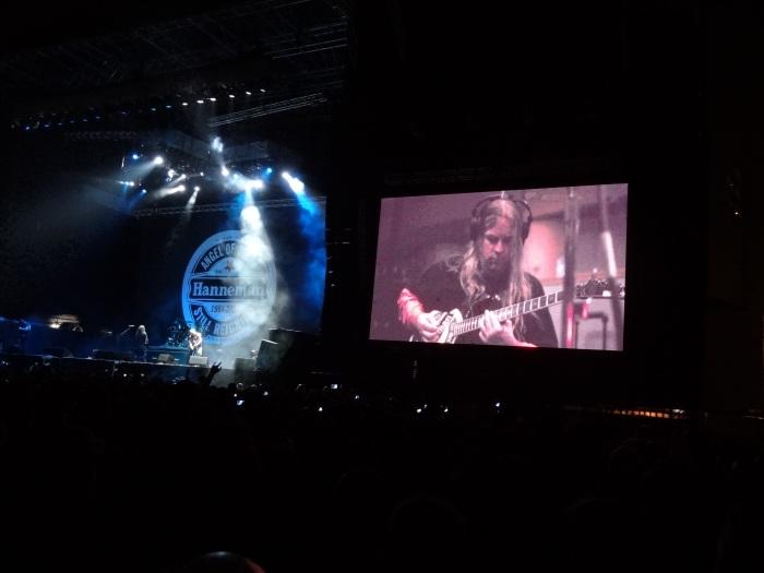 A imagem de Jeff Hanneman no telão.