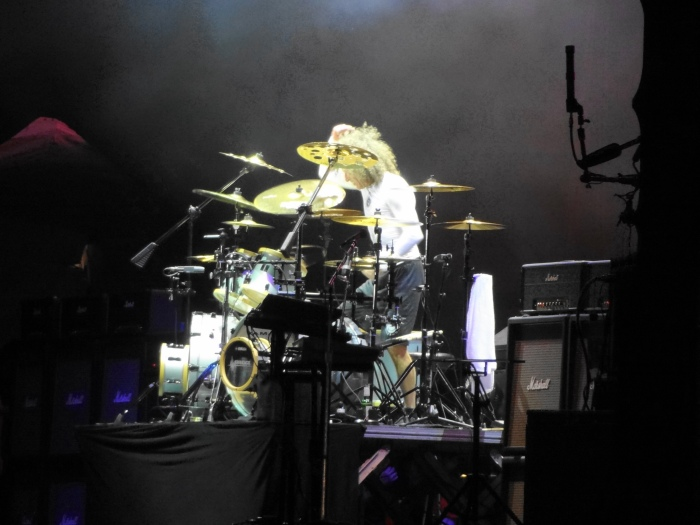 Tommy Aldridge, no finzinho do solo de bateria.