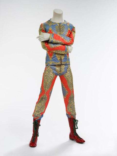 1972: David Stardust, Ziggy Bowie. Conjunto em matelassê desenhado por Freddie Burreti. CORTESIA The David Bowie Archive