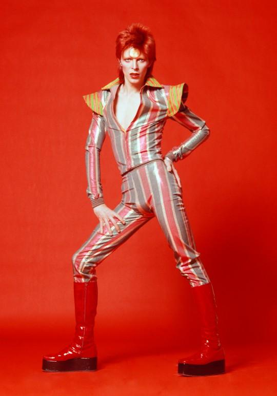 1972-73: Figurino e botas de Ziggy, na exposição de Bowie. FOTO Masayoshi Sukita © Sukita  The David Bowie Archive.