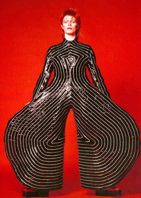 """1973: Tokyo Pop, macacão de vinil bolado por Kansai Yamamoto para a turnê do """"Aladdin Sane"""". CORTESIA The David Bowie Archive IMAGEM © Victoria and Albert Museum."""