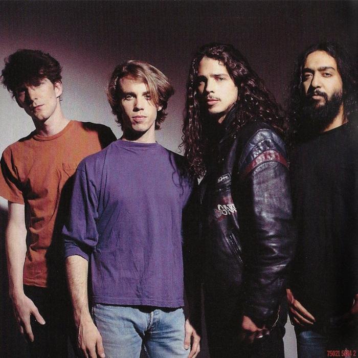 Ben Sheperd substitui Hiro Yamamoto. Matt, Chris e Kim, em foto do encarte do discão #Badmotorfinger.