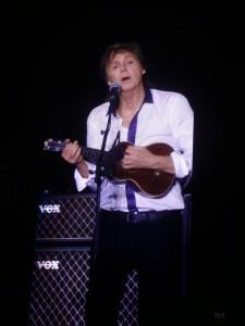Com o ukelele, Paul começa a homenagem a George.